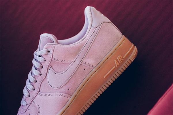 "Nike 正式发售 Air Force 1 07 LV8 系列男款""Pink""配色,现已上架~"