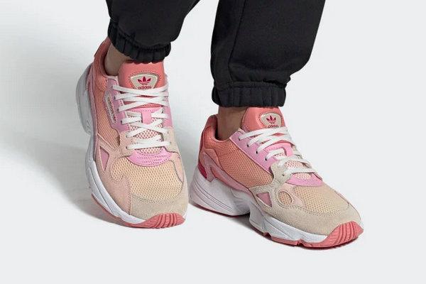 adidas 三叶草女生专属鞋款 Falcon 全新渐变配色系列发售在即