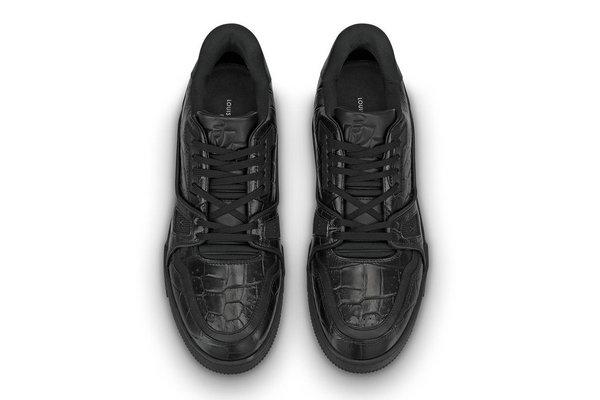 LV 全新 LV Trainer 鞋款「暗黑」版本释出,彰显极致奢华。