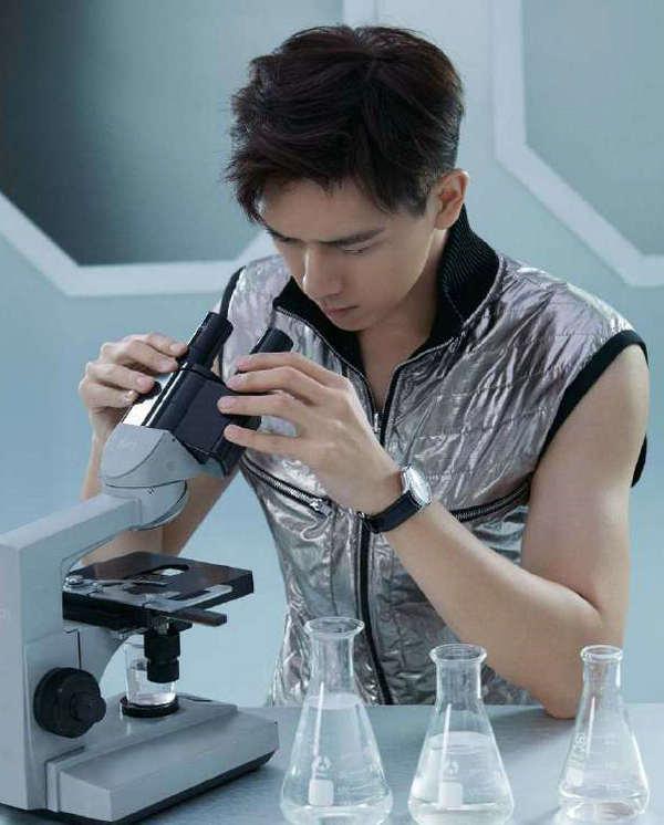 李现身穿 Phillip Lim 银色马甲登上《ELLEMEN》新青年电子刊