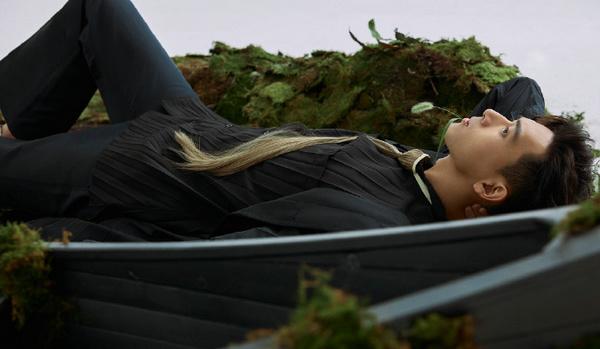 李现身着 Valentino 黑色套装拍摄《嘉人》时装特辑