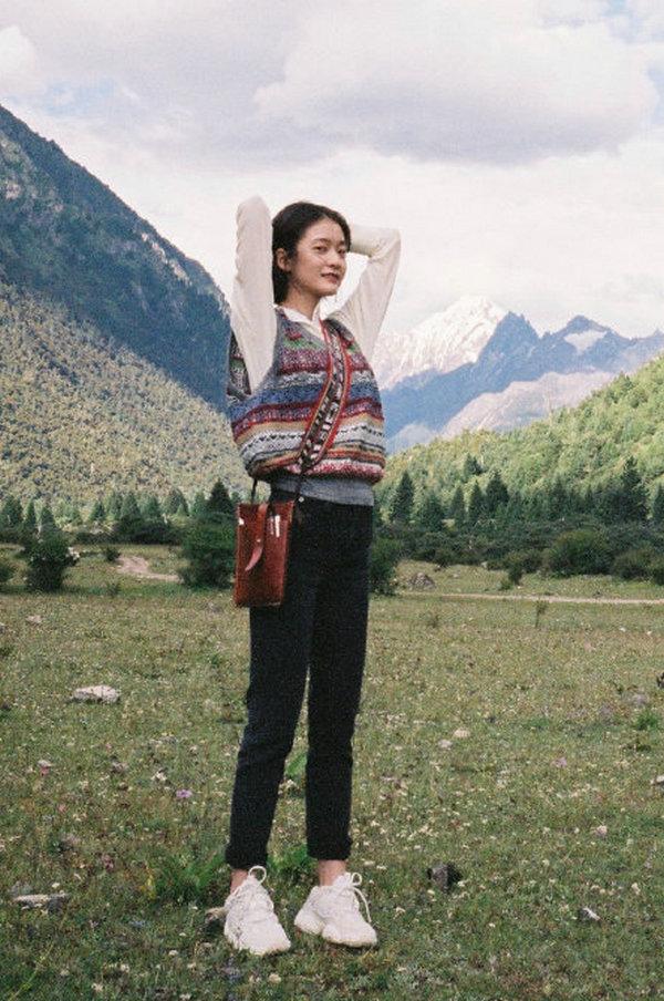 张雪迎身穿 DAZZLE 针织背心在大草原之上舒展
