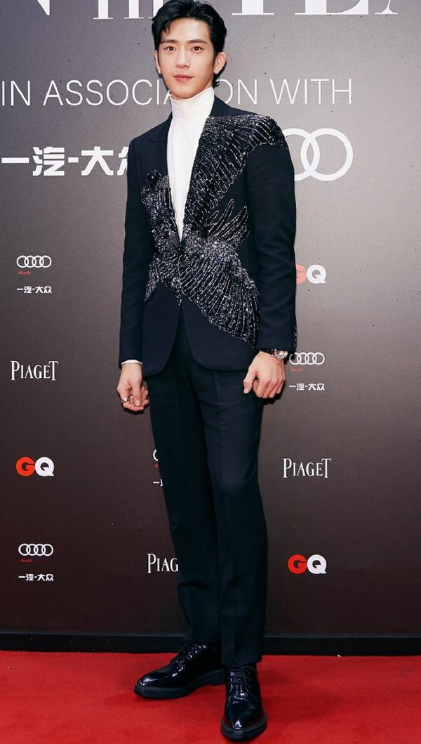 井柏然身着 Alexander McQueen 西装亮相2019年GQ年度人物盛典