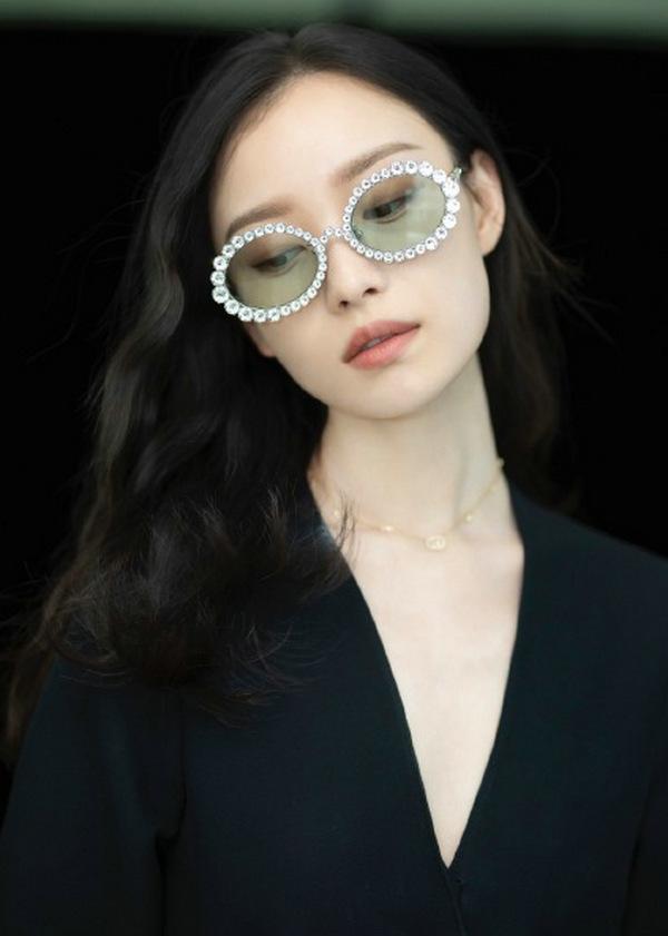 倪妮搭配 Gucci 眼镜点缀整体造型
