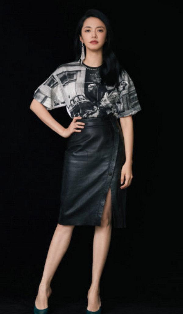 姚晨身穿 Sandro 皮裙出席 CCTV-6 金日影评。