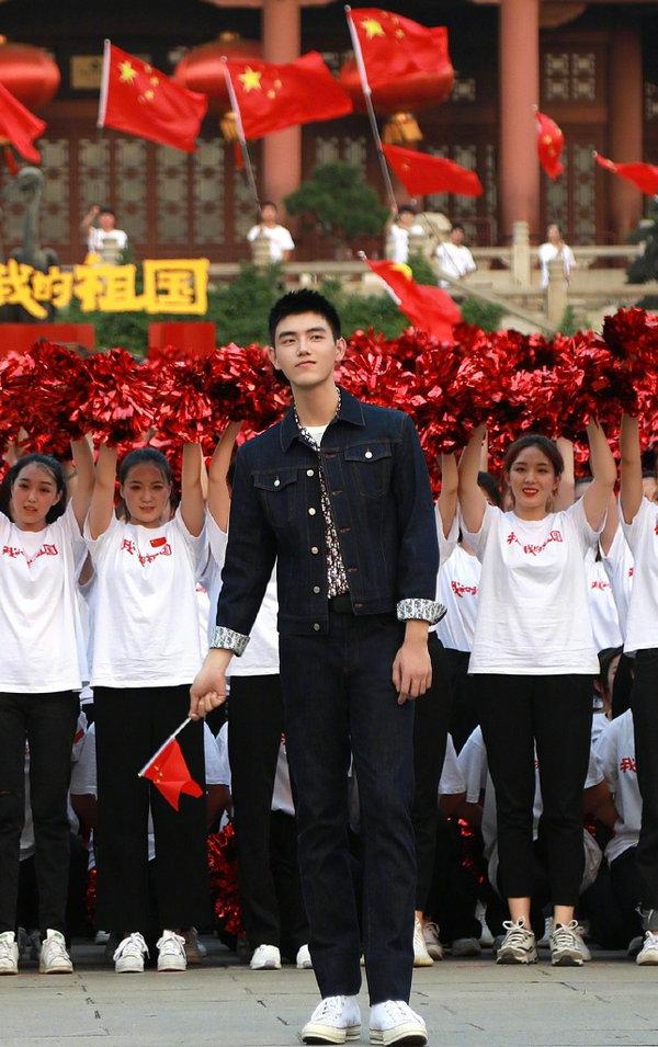 陈飞宇身着迪奥上衣亮相《我和我的祖国》献礼新中国成立70华诞大型直播活动武汉站