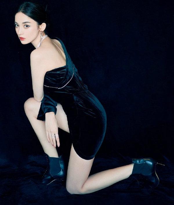 古力娜扎穿着 SergioRossi 金属跟皮靴狂野性感