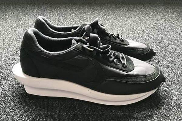 Sacai x NIKE LD Waffle 联名鞋款全新黑色版本曝光,前卫感十足