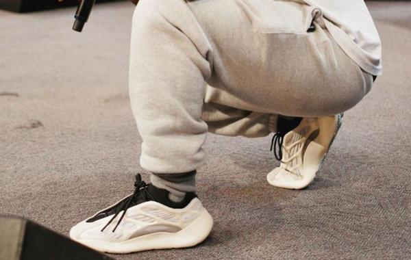 """Yeezy 700 V3 """"Azael"""" 鞋款即将限量首发,超炫夜光设计~"""
