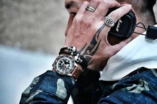 男士手链和手表的戴法,这样叠搭更高街时髦~