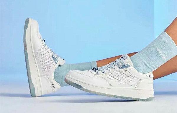 李宁 x 迪士尼联名唐老鸭鞋款明日开售,情侣同款