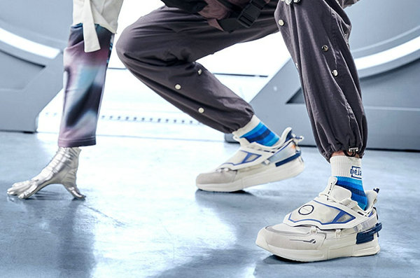 361° x 《高达 00》全新联名鞋款系列开售,机甲造型